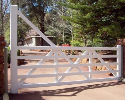 Swing gate, white with diagonal brace